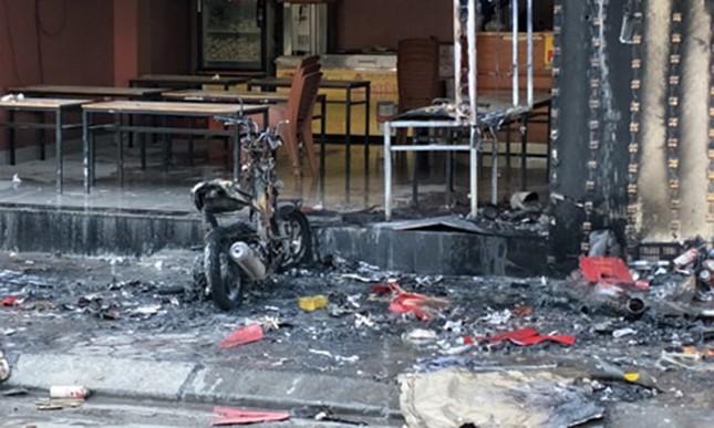 Quán lẩu ở Hà Nội bốc cháy ngùn ngụt giữa trưa ảnh 1