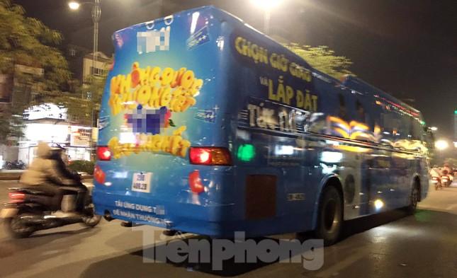 Ô tô 45 chỗ vẫn ngang nhiên dán decal quảng cáo kín xe diễu phố Hà Nội ảnh 1