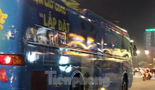 Ô tô 45 chỗ vẫn ngang nhiên dán decal quảng cáo kín xe diễu phố Hà Nội ảnh 2