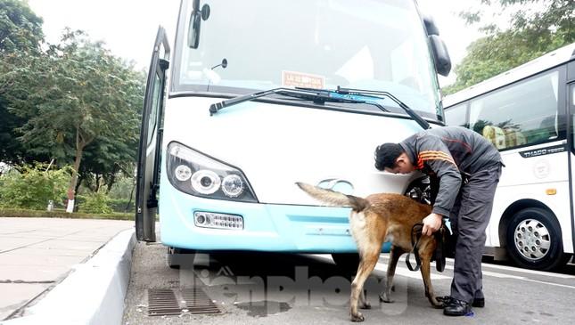 Cảnh khuyển tham gia rà soát xe phục vụ Đại hội XIII ảnh 7