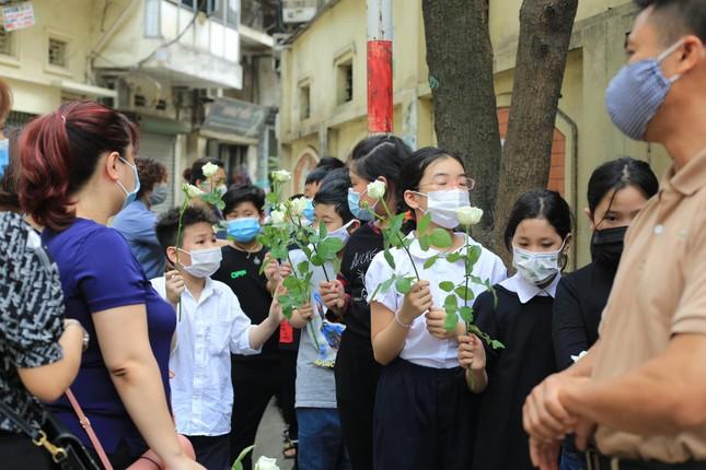 Đẫm lệ trong đám tang bốn nạn nhân vụ hỏa hoạn ở phố Tôn Đức Thắng ảnh 2