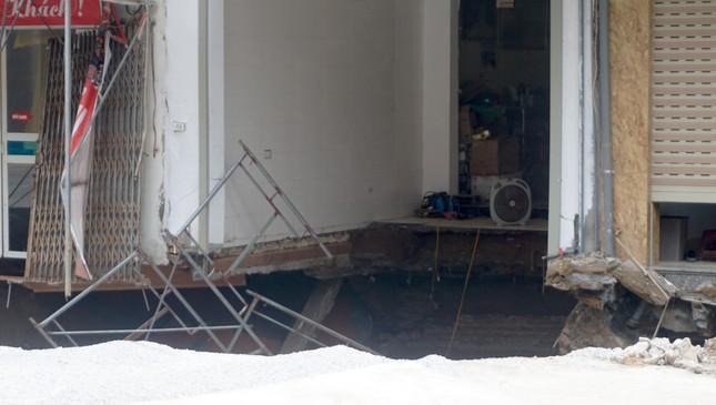 Cận cảnh hố 'tử thần' rộng 20 mét trước cửa 3 căn nhà ở huyện Chương Mỹ ảnh 4