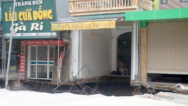 Cận cảnh hố 'tử thần' rộng 20 mét trước cửa 3 căn nhà ở huyện Chương Mỹ ảnh 5