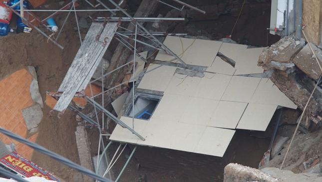 Cận cảnh hố 'tử thần' rộng 20 mét trước cửa 3 căn nhà ở huyện Chương Mỹ ảnh 6