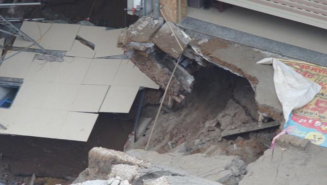 Cận cảnh hố 'tử thần' rộng 20 mét trước cửa 3 căn nhà ở huyện Chương Mỹ ảnh 3