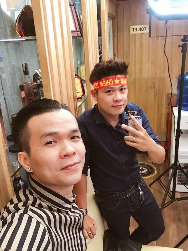 Mr Đàm cùng dàn sao mặc áo đỏ sao vàng, quay MV 'tiếp sức' U23 Việt Nam ảnh 1
