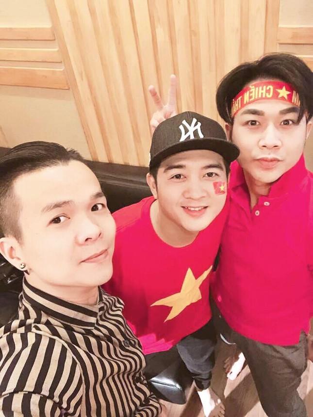 Mr Đàm cùng dàn sao mặc áo đỏ sao vàng, quay MV 'tiếp sức' U23 Việt Nam ảnh 5