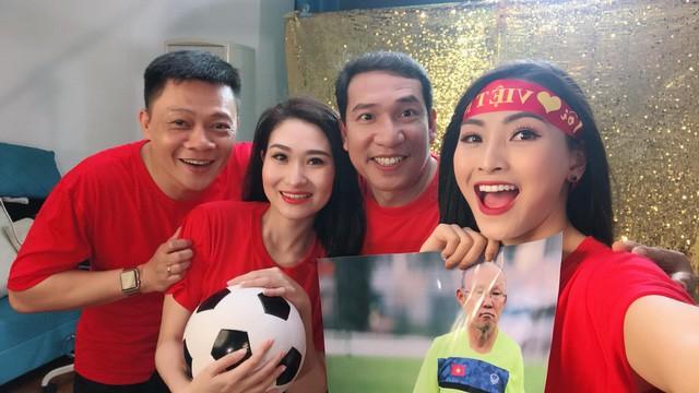 Các MC của VTV, người sang Trung Quốc, kẻ làm thơ cổ vũ U23 Việt Nam ảnh 4