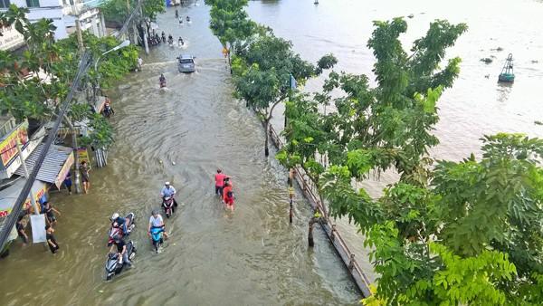 Mưa lớn kết hợp triều cường, đường phố Sài Gòn thành 'sông' ảnh 1