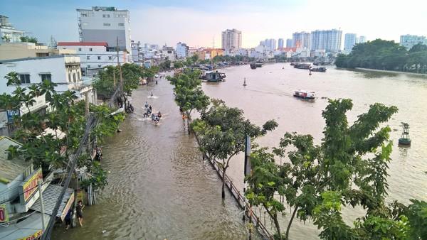 Mưa lớn kết hợp triều cường, đường phố Sài Gòn thành 'sông' ảnh 2