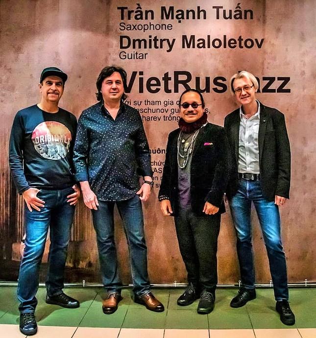 Trần Mạnh Tuấn biểu diễn cùng nghệ sĩ guitar Nga nổi tiếng Dimitry Malotetov ảnh 2