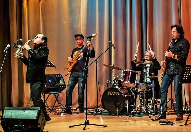 Trần Mạnh Tuấn biểu diễn cùng nghệ sĩ guitar Nga nổi tiếng Dimitry Malotetov ảnh 4