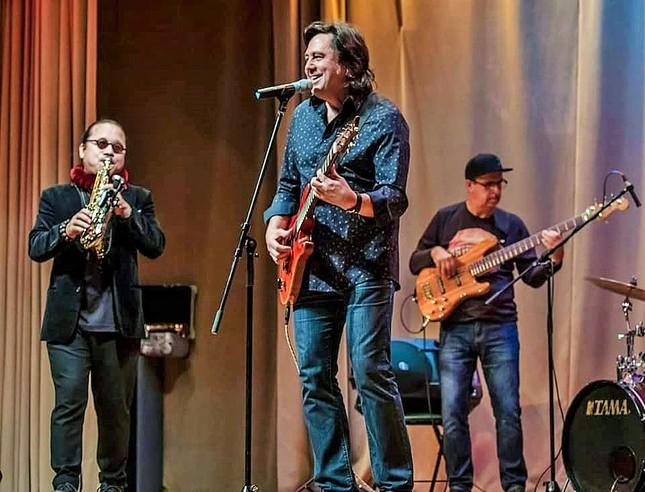 Trần Mạnh Tuấn biểu diễn cùng nghệ sĩ guitar Nga nổi tiếng Dimitry Malotetov ảnh 5