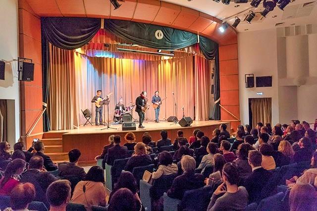 Trần Mạnh Tuấn biểu diễn cùng nghệ sĩ guitar Nga nổi tiếng Dimitry Malotetov ảnh 1
