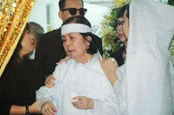 Vợ NSƯT Chánh Tín gần như ngã quỵ khi tiễn biệt chồng ảnh 3