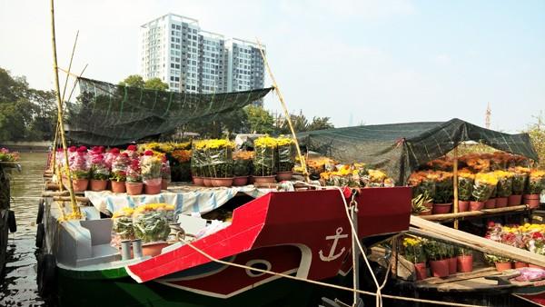 Độc đáo những chiếc thuyền hoa ở xóm vạn chài ngày cận tết ảnh 2