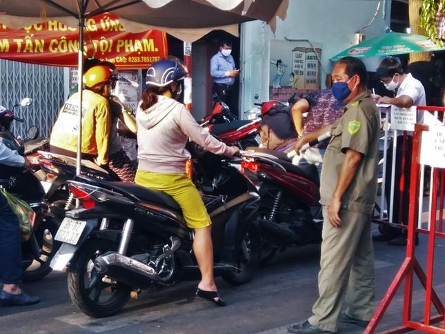 TPHCM kiểm soát từng người vào chợ dân sinh ảnh 6