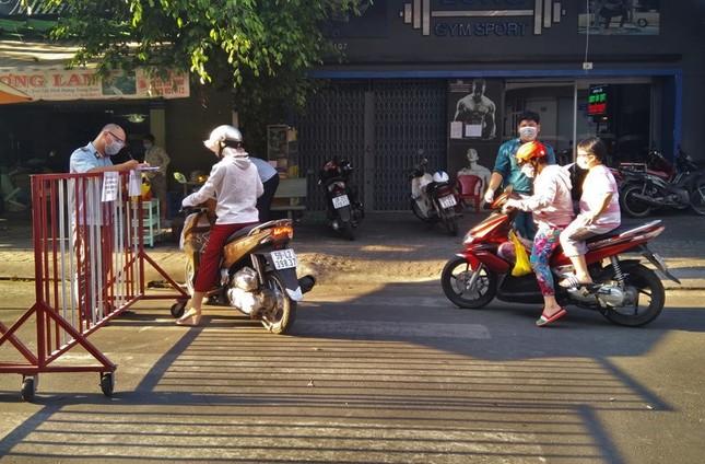 TPHCM kiểm soát từng người vào chợ dân sinh ảnh 1