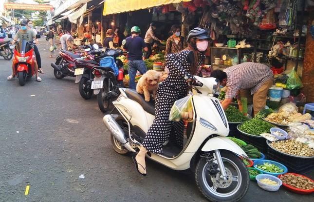 TPHCM kiểm soát từng người vào chợ dân sinh ảnh 7