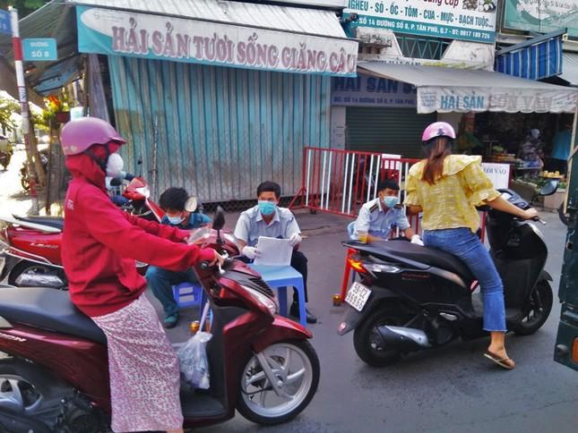 TPHCM kiểm soát từng người vào chợ dân sinh ảnh 4