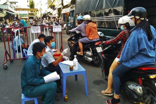 TPHCM kiểm soát từng người vào chợ dân sinh ảnh 9
