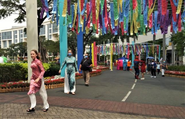 Độc đáo đường xuân đa quốc tịch lần đầu tiên tổ chức ở TPHCM ảnh 6