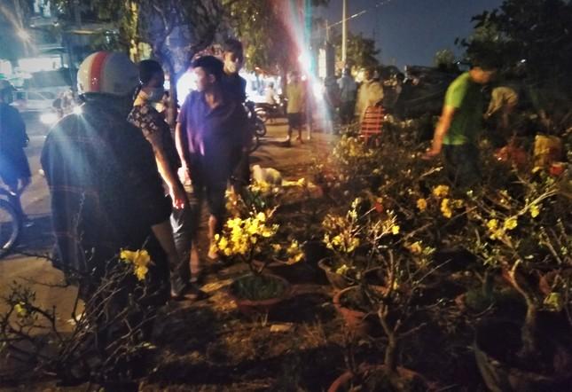 Đêm giao thừa người TPHCM soi đèn mua hoa Tết giải cứu nông dân ảnh 5