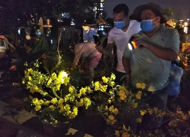Đêm giao thừa người TPHCM soi đèn mua hoa Tết giải cứu nông dân ảnh 2