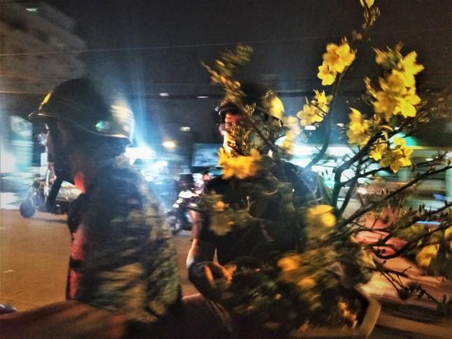 Đêm giao thừa người TPHCM soi đèn mua hoa Tết giải cứu nông dân ảnh 3