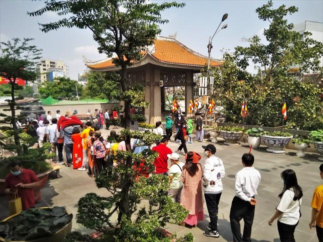 Người Sài Gòn xếp hàng dài đánh chuông ngày đầu năm mới ảnh 1