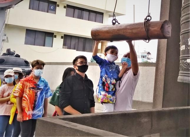 Người Sài Gòn xếp hàng dài đánh chuông ngày đầu năm mới ảnh 3