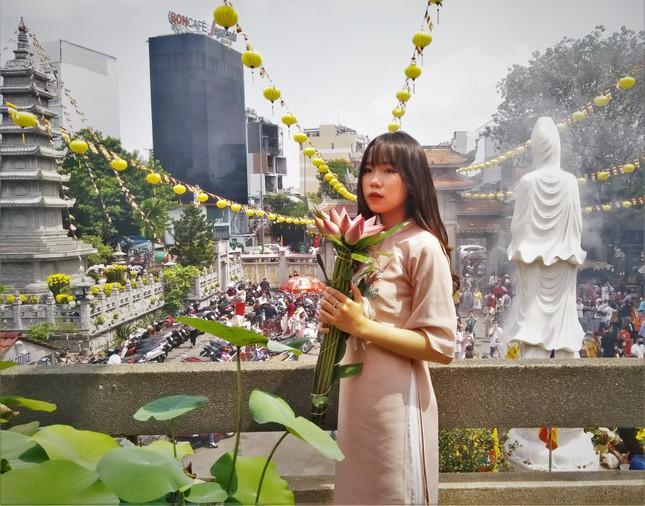 Người Sài Gòn xếp hàng dài đánh chuông ngày đầu năm mới ảnh 6