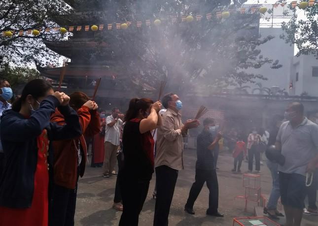 Người Sài Gòn xếp hàng dài đánh chuông ngày đầu năm mới ảnh 5