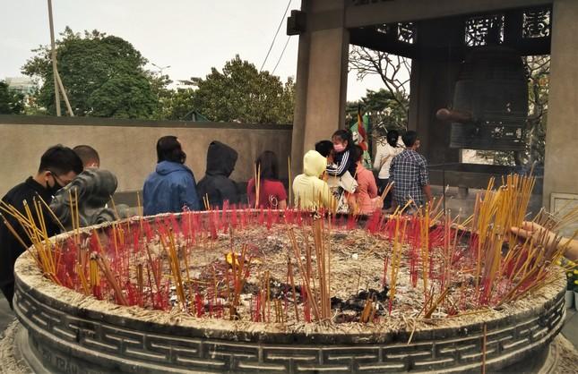 Người Sài Gòn xếp hàng dài đánh chuông ngày đầu năm mới ảnh 2