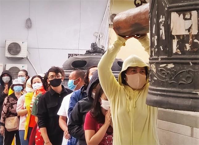 Người Sài Gòn xếp hàng dài đánh chuông ngày đầu năm mới ảnh 4