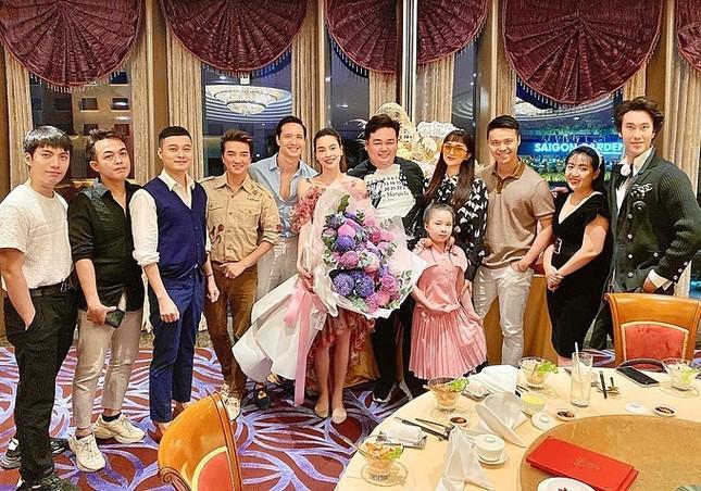 Showbiz 25/5: Lý Nhã Kỳ ngồi xe 40 tỷ đồng đi dự event, Thúy Vân đăng kí kết hôn ảnh 2