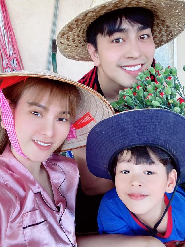 Showbiz 28/5: Quang Hải nhí nhảnh bên bạn gái mới, Hồng Quế khoe lưng trần táo bạo ảnh 5