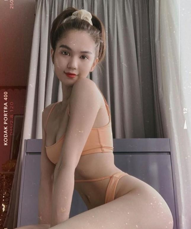 Showbiz 28/5: Quang Hải nhí nhảnh bên bạn gái mới, Hồng Quế khoe lưng trần táo bạo ảnh 1