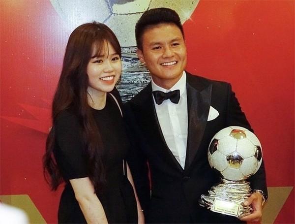 Showbiz 28/5: Quang Hải nhí nhảnh bên bạn gái mới, Hồng Quế khoe lưng trần táo bạo ảnh 9
