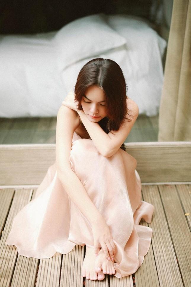 Hiền Hồ bất ngờ nữ tính với kiểu tóc mới; H'Hen Niê tự tin với túi cói đi chợ ảnh 23