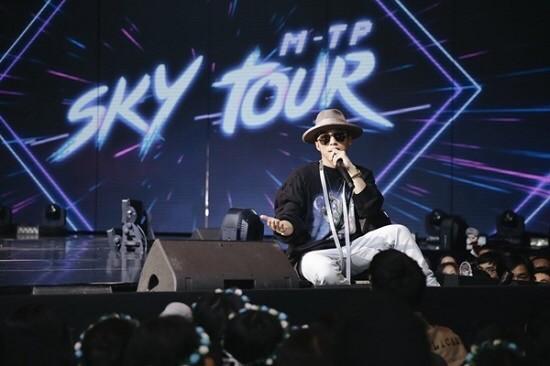 """Ngọc Trinh hóa """"Cô hầu gái"""" dù đã U40; Sơn Tùng phủ sóng  """"Sky Tour Movie"""" ở 190 quốc gia ảnh 2"""