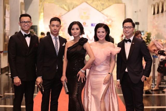Hồng Diễm bật khóc khi nhận giải thưởng lớn; H'Hen Niê trở thành fan cứng của Sơn Tùng ảnh 15