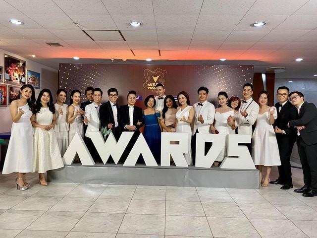 Hồng Diễm bật khóc khi nhận giải thưởng lớn; H'Hen Niê trở thành fan cứng của Sơn Tùng ảnh 16