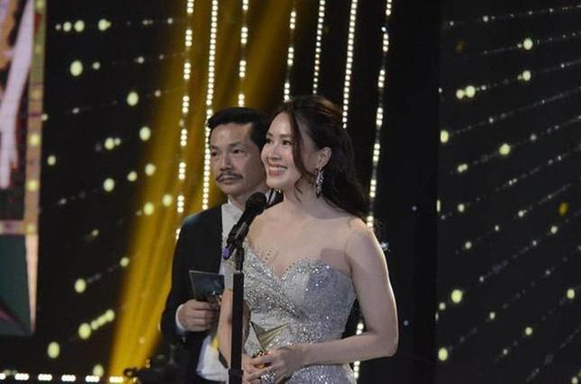 Hồng Diễm bật khóc khi nhận giải thưởng lớn; H'Hen Niê trở thành fan cứng của Sơn Tùng ảnh 3