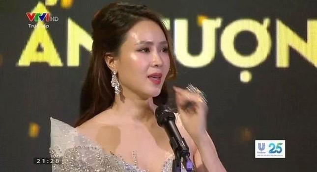 Hồng Diễm bật khóc khi nhận giải thưởng lớn; H'Hen Niê trở thành fan cứng của Sơn Tùng ảnh 4
