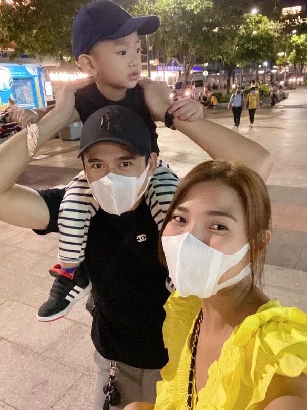"""""""Thả rông"""" khoác vét ra sân bay: Quỳnh Thư khiến người đối diện """"đỏ mặt"""" ảnh 1"""
