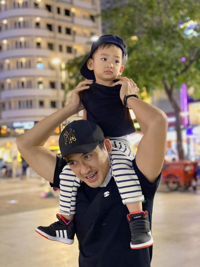 """""""Thả rông"""" khoác vét ra sân bay: Quỳnh Thư khiến người đối diện """"đỏ mặt"""" ảnh 2"""