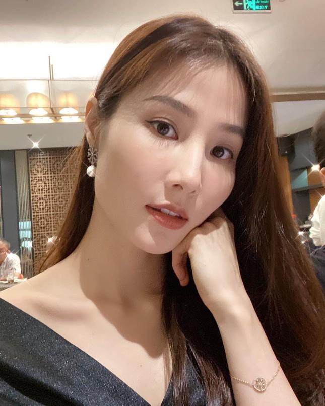 """Ngọc Trinh đeo đồng hồ tiền tỷ đi săn sale; Hồ Ngọc Hà tiết lộ """"chức mới"""" của Kim Lý ảnh 1"""