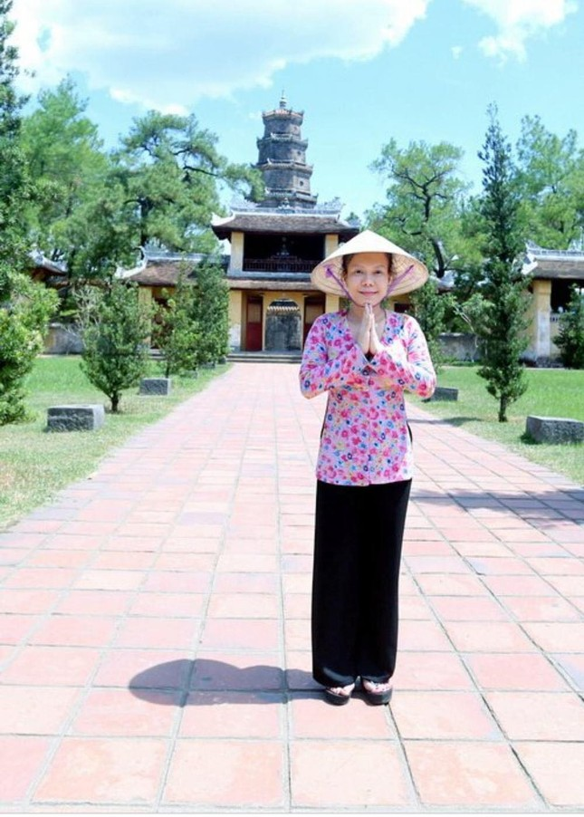 Việt Hương và MC Đại Nghĩa ủng hộ hàng tấn gạo cho miền Trung ảnh 22