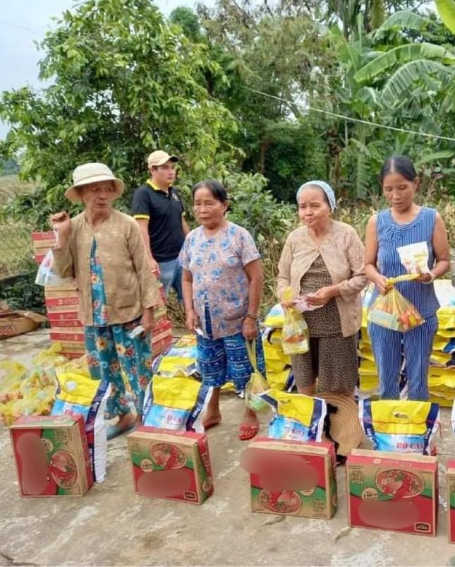 Việt Hương và MC Đại Nghĩa ủng hộ hàng tấn gạo cho miền Trung ảnh 23